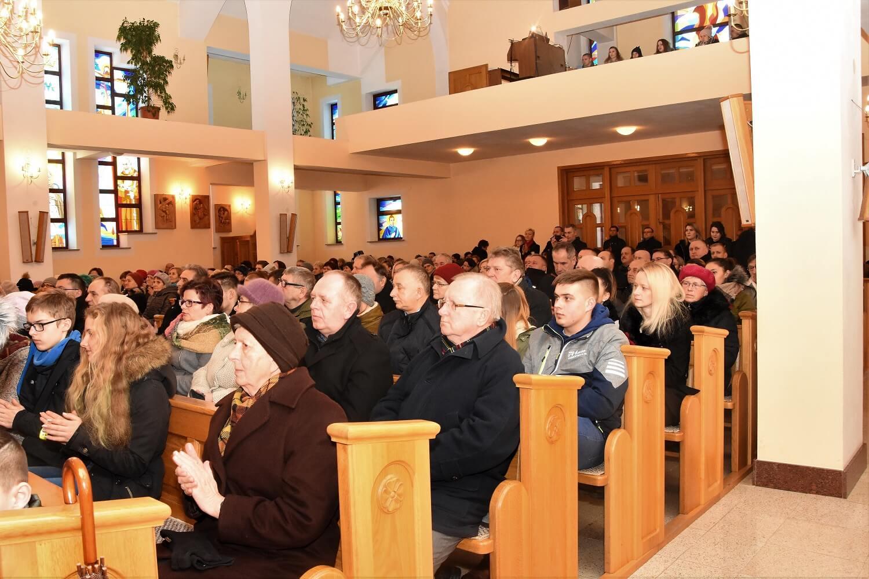 wierni podczas koncertu Chóru Lumen Christi