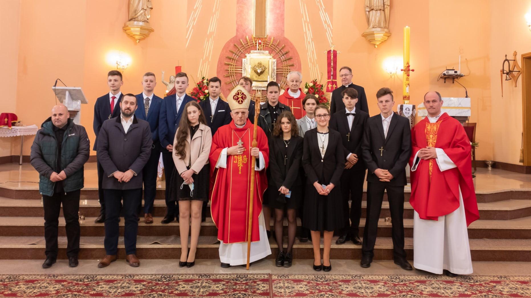 Bierzmowani z kapłanami i nauczycielami