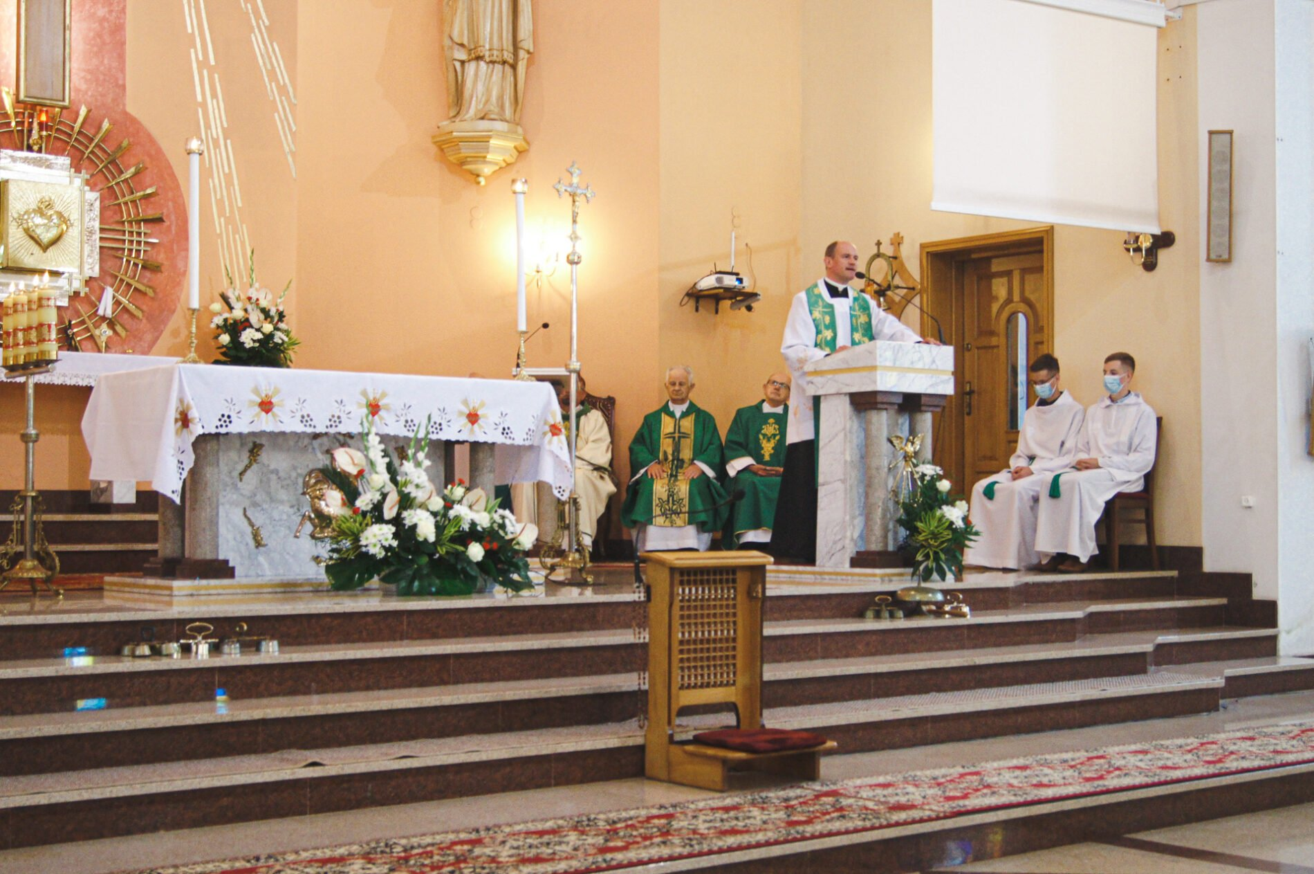 Homilię podczas Mszy jubileuszowej wygłosił ks.Tomasz Ruszel, proboszcz parafii
